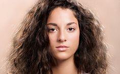 8 Trucos sencillos para tratar el cabello encrespado y rebelde