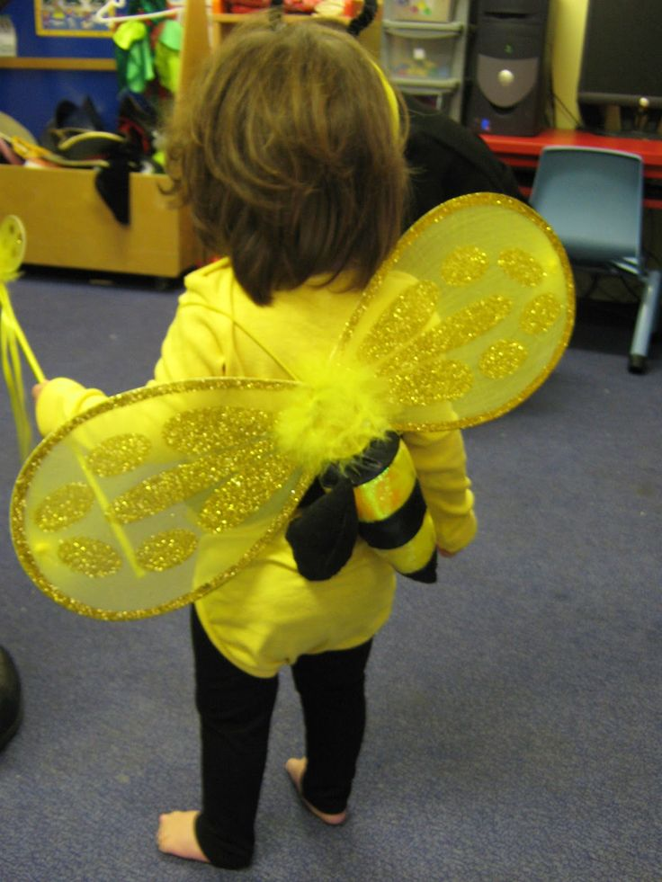 World book day is approaching again (8th of March, this year)...at Little Miss' nursery they always organise a party with the children dress...