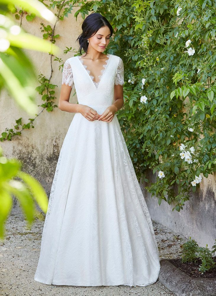 Perfectly Timeless This Clic Lace Wedding Dress Captivates With Its Understated Elegance Simple Harmonious Lines Accentuate The Dainty Pattern