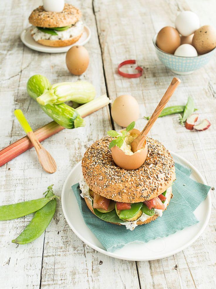 Bagel «coquetier» au Chèvre frais, Légumes croquants et Rhubarbe – Atelier Matines | La Raffinerie Culinaire