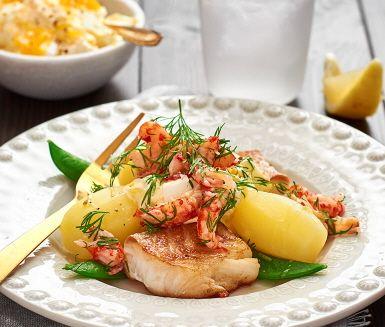 En mjäll och saftig torskrygg som får sällskap av nykokt potatis, gröna krispiga salladsärtor och en fantastiskt god och krämig röra på smetana och ägg. Pricken över i:et är den färska dillen och kräftorna som binder ihop rätten till perfektion.
