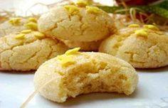 Las galletas de limón están deliciosas. Son las galletas preferidas de quienes gustan de postres con un punto cítrico, y lo cierto es que una vez que las pruebas no las olvidas fácilmente. Tienen también la ventaja de que son muy sencillas de hacer, incluso aunque no tengas experiencia repostera.