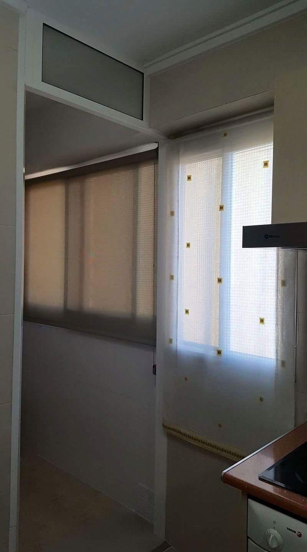 en ocasiones la complejidad del ambiente como este caso en la cocina nos obliga a combinar dos sistema de estores enrollable screen y estor paquetto