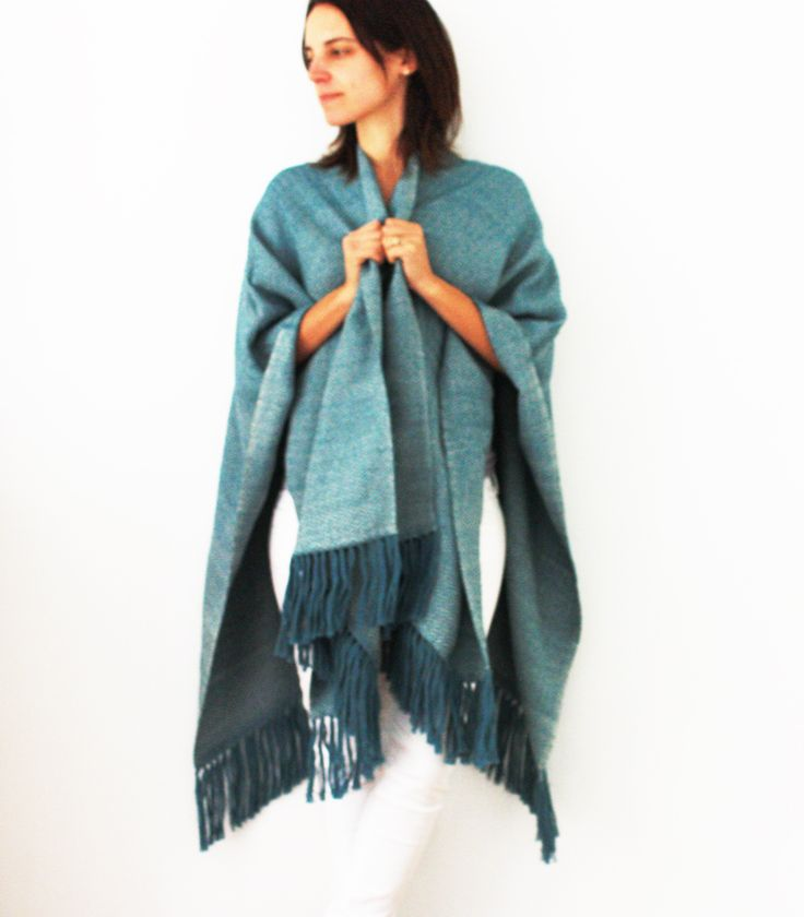 Poncho Azul éter, baby alpaca, tejido a telar manual.