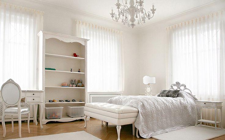 <p>Автор проекта: Palladio Projects</p> <p>Детская комната девочки оформлена как изысканная женская спальня-будуар. Кровать с ажурной спинкой, изящная банкетка, классическая люстра, все это выдержано в белых тонах, усиленных шелковым блеском. Один лишь пол из светлого дерева оттеняет эту белоснежную обстановку.</p>