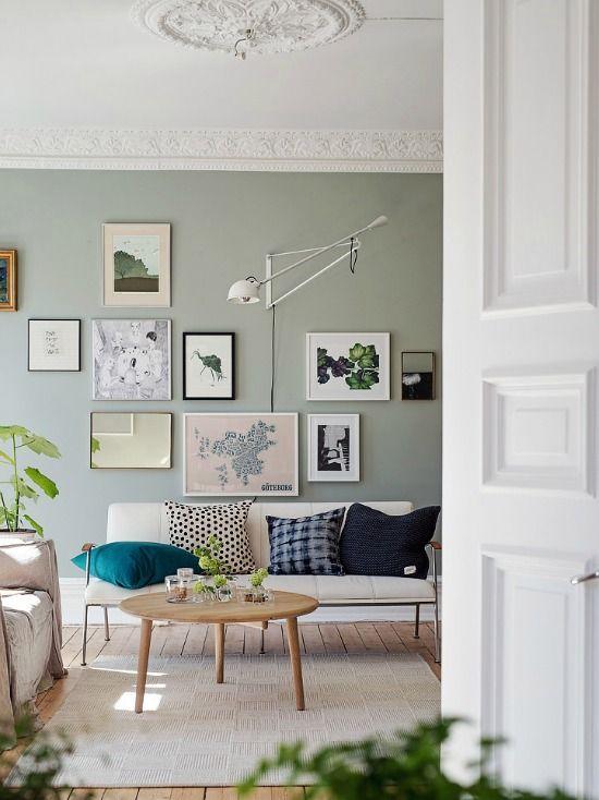 Love la couleur du mur en contraste avec les moulures blanches du plafond. et l'arrangement des tableaux.