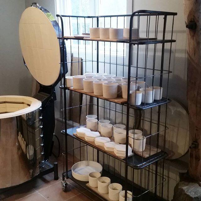 Nu är godset bränt en första gång, skröjbränt, och fortfarande poröst. Då är det dags att doppa godset i glasyr, ett pulver som består av bland annat olika leror och mineraler som vid hög temperatur smälter ut till en glasartad yta på keramiken. Vattnet sugs snabbt in i skärven och kvar på ytan blir pulvret.   Glazing day at Enström & Blom. #enstromblom #keramik #handgjord #verkstad #tillverkning #hantverk #design #ceramics #handmade #workshop #glazing #production