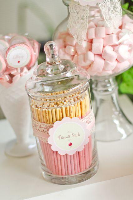 Olha que legal esses recipientes de doces. Dá um charme na mesa do chá de bebê.