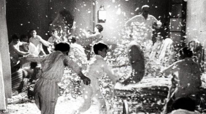 """Dans un pensionnat de province des années 1930, quatre adolescents préparent une révolte ! Batailles de polochons, bagarres, course sur les toits...Un vent de liberté souffle sur le collège. """"Zéro de conduite"""" de Jean Vigo est indémodable, vous ne trouvez pas ?  https://www.youtube.com/watch?v=JTeDS9wRsSI"""