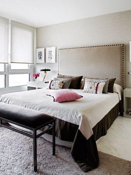En el dormitorio destaca un gran cabecero con tachuelas