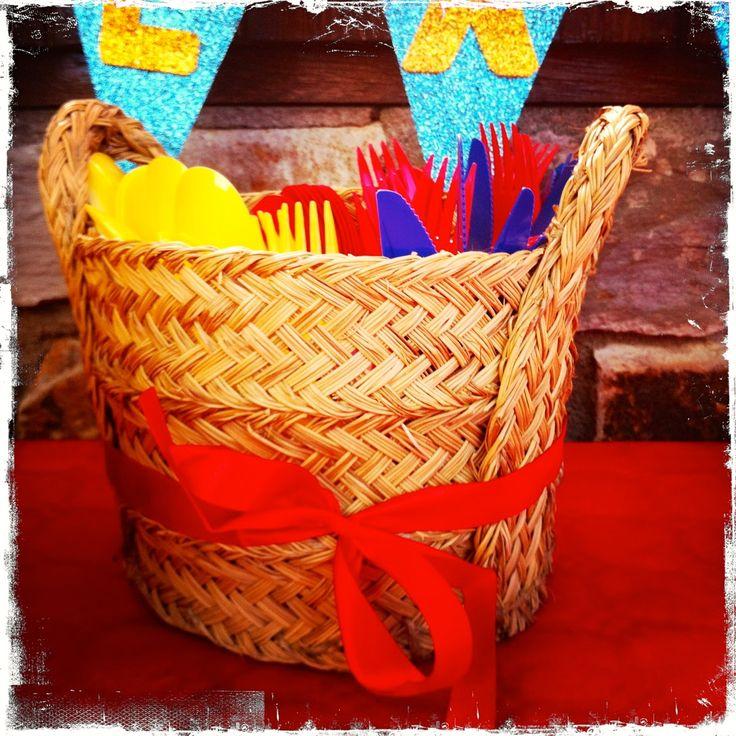 Cesto de cubiertos para decorar una fiesta infantil, en este caso de Blancanieves (Snowwhite party)