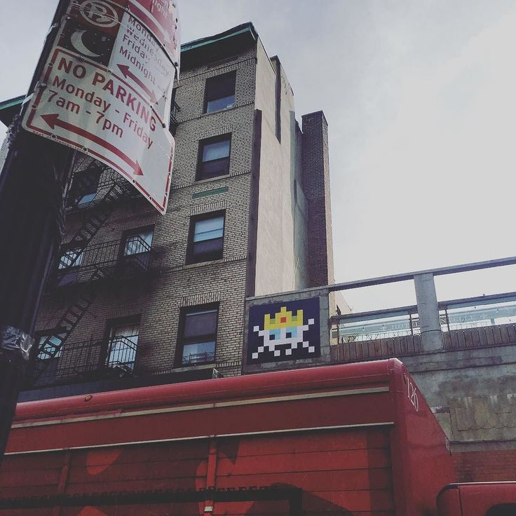 Shared by kfaberman #spaceinvader #unas (o) http://ift.tt/2f2LrfE know you've made it when they make an #emoji for you   innyc #lowereastside #nyc #streetart
