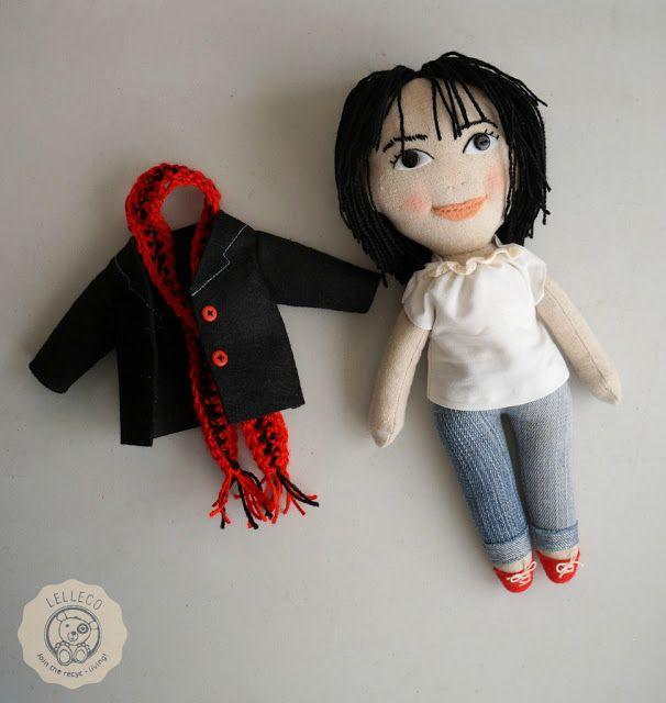 Muñeca personalizada con abrigo y bufanda Personalised doll with a removable coat and scarf by Lelleco.