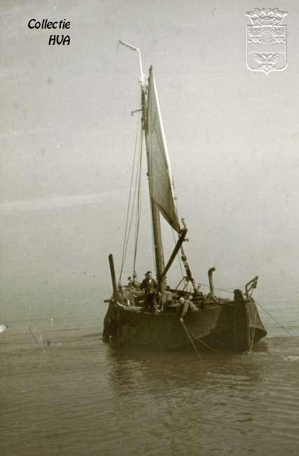 Een opgeboeide hoogaars tijdens het vissen (slepen) / a fishing boat drags the nets