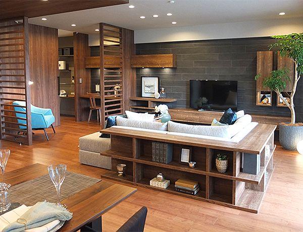 リビングルーム – ソファ後ろもおしゃれに活用コーディネート|ソファの高さにあわせて作りつけた棚。 本の収納として、小物をディスプレイスペースとして、また高さが低いのでちょっとしたテーブルとしても使えて便利です。