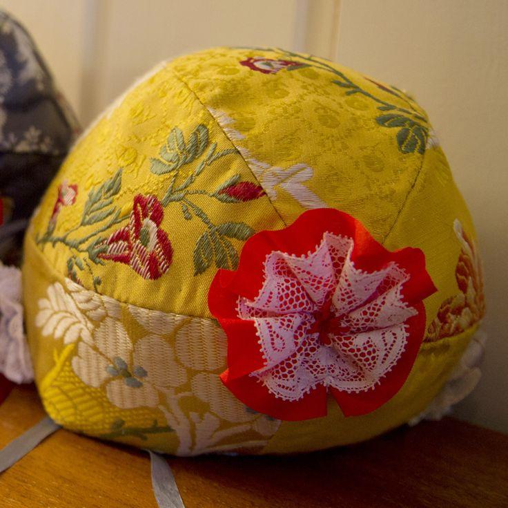 Dåpslue sydd av Mona Løkting. Foto: Heidi Fossnes, Magasinet BUNAD.