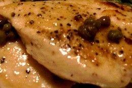 Aprenda como é simples e fácil prepara um delicioso frango para o almoço ou jantar. Filés de frango temperados e dourados na manteiga; cozido em um molho feito com vinho branco, caldo de galinha, suco de limão e alcaparras. Servidos no próprio molho...