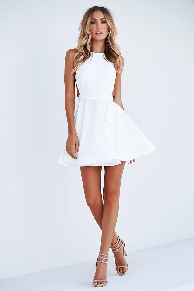 Σε μαύρο σε λευκό και σε ακόμη 3 χρώματα και σε έκπτωση το φόρεμα που θές είναι Lapop !!!