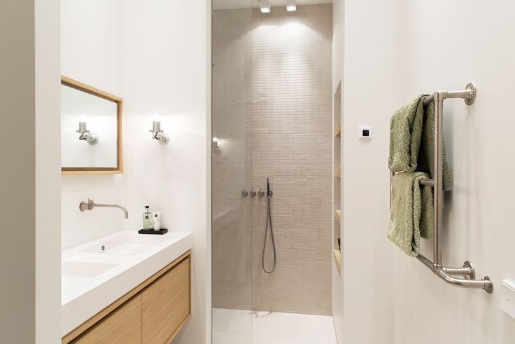 Frisse lichte badkamer in Amsterdam monument. Het woningontwerp werd gemaakt door BNLA architecten in samenwerking met Studio Nest. De badkamer werd betegeld met zandkleurige tegels van Mosa. Fotografie: Jansje Klazinga.