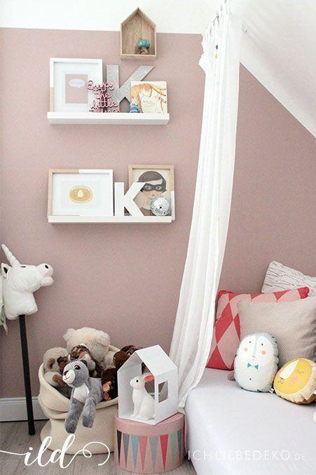Schöne Idee mit dem Bett unter der Dachschräge. Schöne Bilderrahmen (gelb/wei