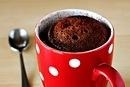 Игредиенты:  2,5 столовой ложки муки для выпечки  2,5 ложки сахарного песка  1 столовая ложка какао-порошка  1 яйцо  1,5 столовой ложки растительного масла  1,5 столовой ложки молока  ¼ чайной ложки ванильного экстракта  1 столовая ложка шоколадной стружки  ¼ чайной ложки разрыхлителя  щепотка соли    Количество – 1 кружка объемом 300 мл.  все перемешать в миске, взбить венчиком/ложкой, вылить в кружку, посыпать шоколадной стружкой и поставить в микроволновку на максимальный режим (у меня…