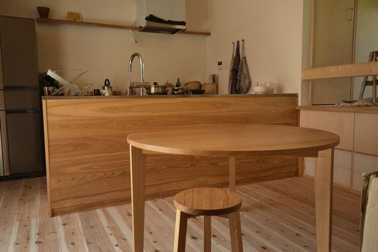 タモのラウンドテーブルとタモ板目のオーダーキッチン