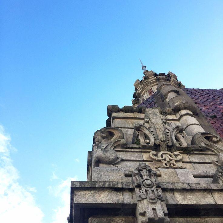 Dicen que los arquitectos son fácilmente reconocibles por ir mirando siempre hacia arriba... Detalle del Ayuntamiento de A Coruña #paseo #acoruña #Ayto #arquitecto