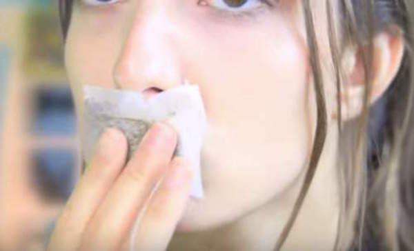 Žena si dala na ústa sáčok zo zeleného čaju. Keď zistíte prečo, urobíte to aj vy - topmagazin.sk
