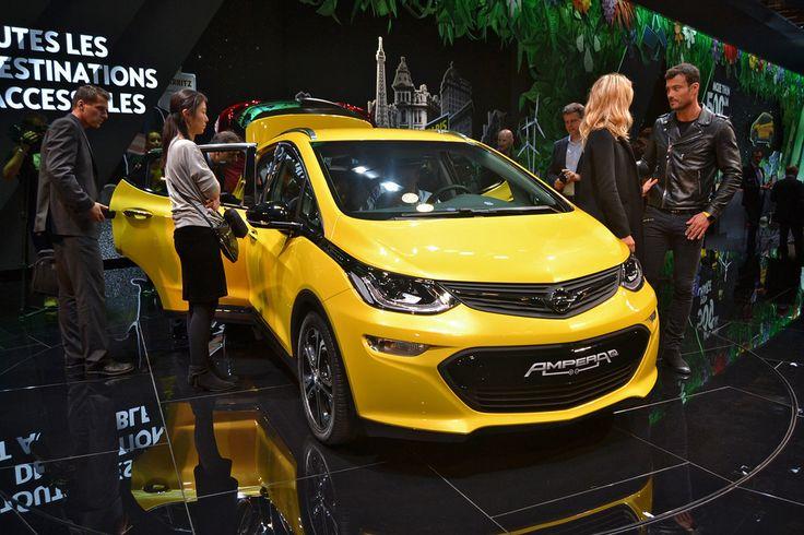 Доброе утро! Opel Ampera-e: показан «убийца» BMW i3. General Motors удалось сделать очень опасного конкурента баварскому электрокару. И мы увидели его первыми в Париже. Новинка носит имя Opel Ampera-e, но очень важно не путать этот автомобиль с просто «Амперой». Если последний — это гибридный хэтчбек, то Ampera-e — это городской электрокар, являющийся «братом» заокеанского Chevrolet Bolt. По крайней мере, по технике отличий нет. В движение автомобиль приводит 204-сильный электромотор…