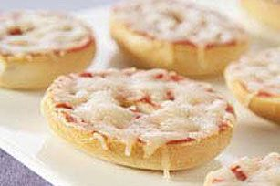 Mini Pizza Bagels  (20) Prep time: 10 min Total time: 13 min Makes: 12 servings What You Need 6 mini bagels, split, toasted 1/4 cup pizza sauce 3/4 cup KRAFT 2% Milk Shredded Mozzarella Cheese Make It Heat broiler. Spread cut sides of bagels with sauce; top with cheese. Broil, 6 inches from heat, 2 to 3 min. or until cheese is melted.