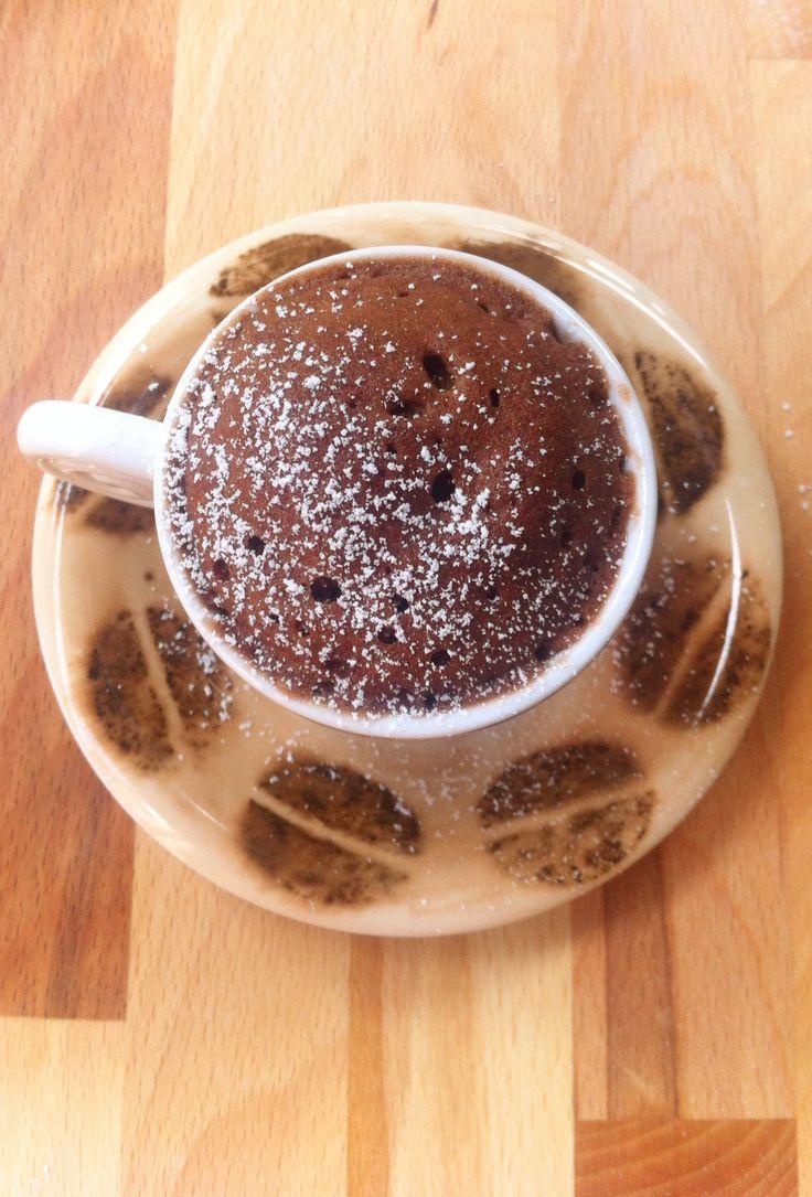 La mug cake alla Nutella è un dolce velocissimo, da preparare in caso di ospiti improvvisi, una merenda e perché no, se ci viene la voglia