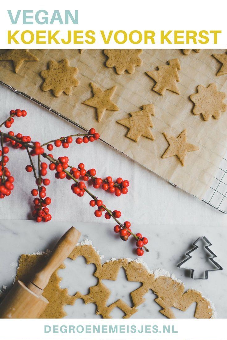 Geen kerst zonder koekjes. Bak deze vegan kerstkoekjes in leuke vormpjes met o.a. rietsuiker, appelmoes, speltbloem en vanillepoeder. Recept vegan kerstkoekjes. #vegan #kerstkoekjes #kerst #koekjes