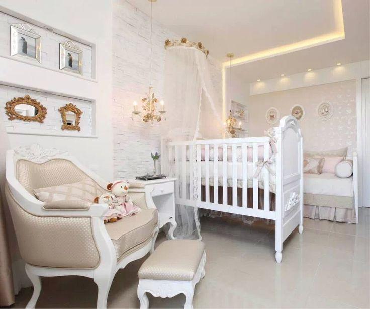 A poltrona da mamãe, além de confortável, deve ser um item da decoração. E se ela for o destaque? Num quarto todo branco o dourado da poltrona chama atenção.