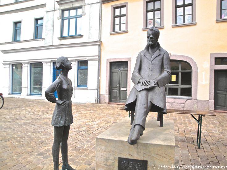 ... monumento a Friedric Netzsche con accanto un'allieva ... Naumburg (D) - 28/06/14   - © Giuseppina Bonomo -
