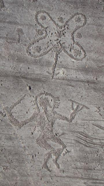 Foppe di Braone (Ceto) nella Riserva delle Incisioni Rupestri, sito Patrimonio Mondiale Unesco n.94. Raffigurazione di un personaggio armato, con elmo raggiato, che danza nei pressi di una rosa camuna, (Foto di D.Furlanetto) risalente all'età del Ferro (I mill. a.C.) (www.uomoeterritoriopronatura.it).