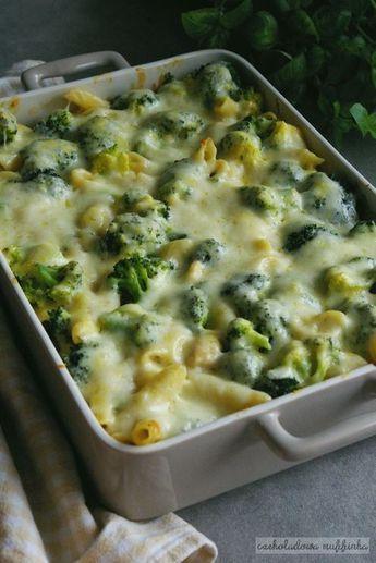 Pyszny makaron zapieczony z brokułami i kurczakiem pod kremowym sosem z ciągnącą się mozzarellą to idealne rozwiązanie na obiad lub uroczys...