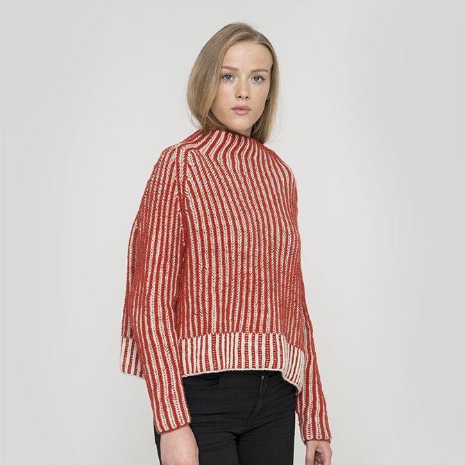 Kunoy Sweaterener vores bud på en moderne, men alligevel klassisk strikketsweater. De skarpe strukturer i øen Kunoys klipper og landskab er inspirationen til denne model. Det kommer blandt andet til udtryk i linjerne og formen på sweateren. Sweateren strikkes i dobbeltpatent. I kittet medfølger garn i den lækreste 100% highland uld, og Kunoy sweateren fås i fire farvevariationer.