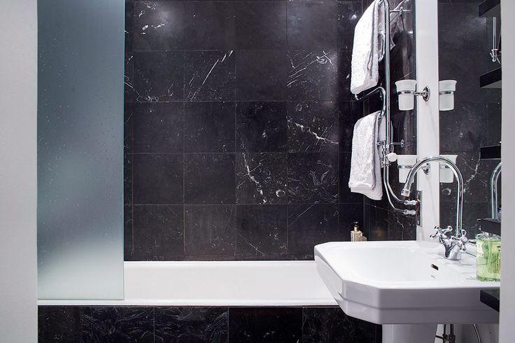 Bathroom Accessories - Miller Stockholm Mugg found on: http://www.skonahem.com/inredning/badrum/Har-du-trottnat-pa-vit-marmor-i-badrummet--har-ar-12-badrum-i-svart-marmor