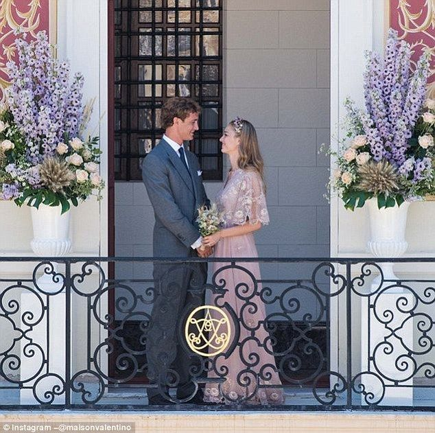 Valentino vrijgegeven deze foto van de pasgetrouwden, onthullen ze waren achter de roze en gouden kant toga