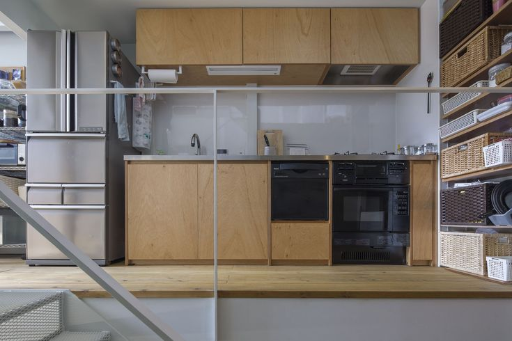 キッチンはごくシンプルに家具製作。ラワン面材とステンレス天板のややラフなテイスト。