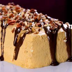 Este pastel tiene una rica crema de café con dulce de leche, capas de galletas de miel y un toque de intenso chocolate con nueces picaditas. El Pastel frío de café y dulce de leche, es ¡un pastel que te llevará al cielo!