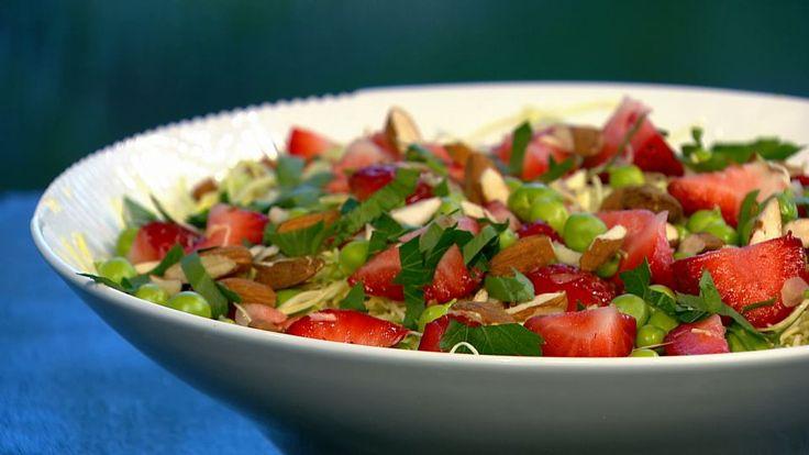 Simpel sommersalat med friske ærter, jordbær og sennepsvinaigrette | Mad