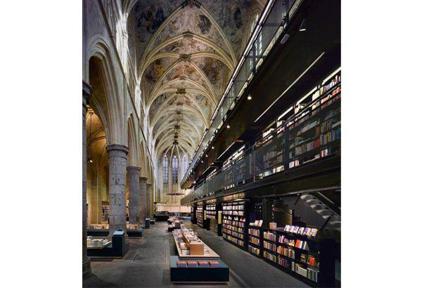 店舗名も「聖ドミニカ教会店」だって!オランダで最も古い町と言われているマーストリヒトに、14世紀に建てられた聖ドミニカ教会など、...