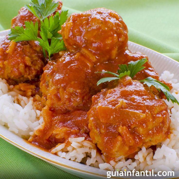Albóndigas de pollo con salsa de tomate. Una receta fácil y rápida de preparar para la familia. Las albondigas son uno de los platos preferidos de los niños.