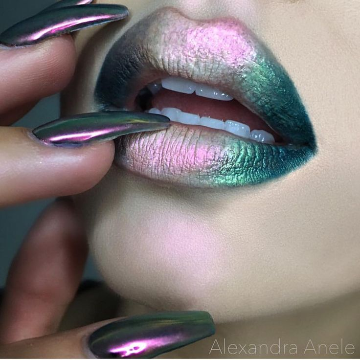 @alexandra_anele making that Makeup Geek hologram pigment work for the lips  This is SO stunning!!!! Amazing @alexandra_anele #Makeupgeek