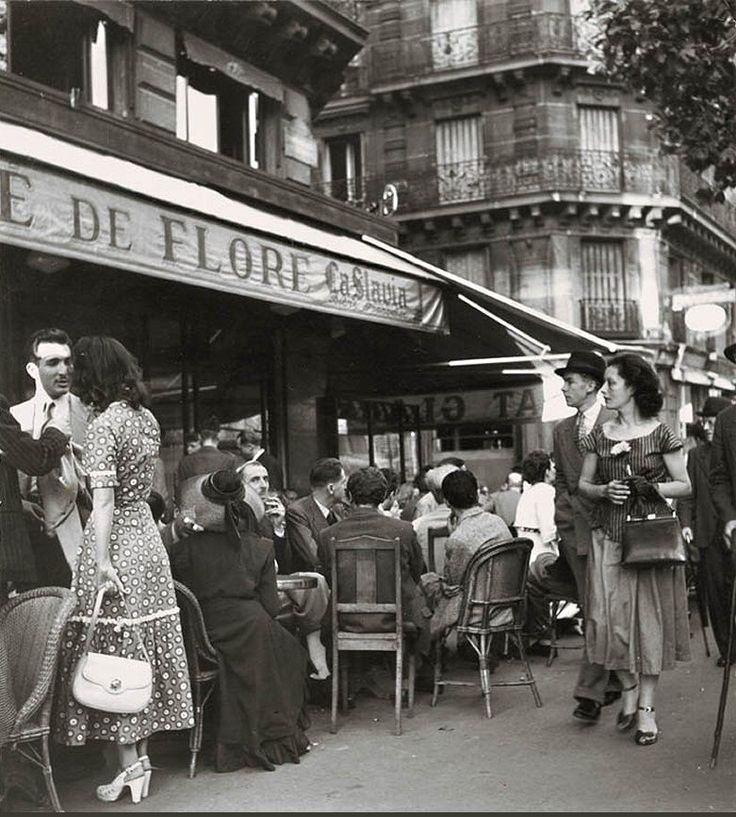 Le Café de Flore par © Robert Doisneau (1912-1994), en 1949.