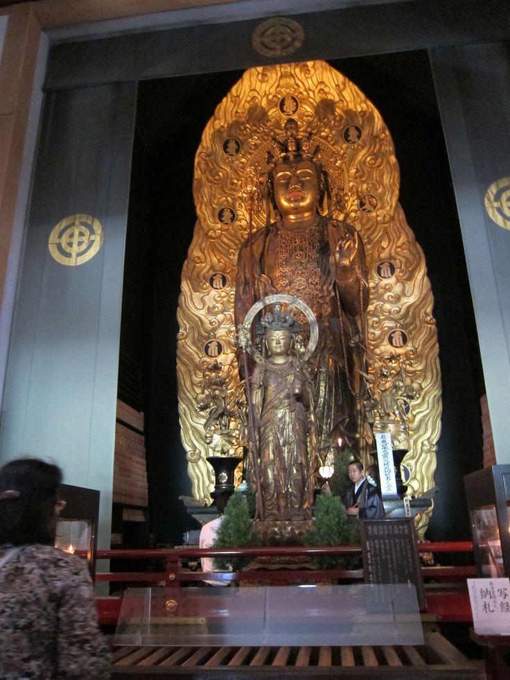 Die Kannon-Statue des Hase-dera ist mit einer Größe von 9,18 m die größte Kannon-Statue in Japan. Sie wurde aus massivem Kampherholz geschnitzt und mit Goldauflagen verziert. Die 11 Köpfe repräsentieren die verschiedenen Stufen auf der Suche nach Erleuchtung. Die Statue ist auch unter der Bezeichnung Hase-Kannon bekannt.  Die Statue ist insofern einzigartig, da sie in der rechten Hand einen Metallstab hält und in der linken Hand eine Vase mit einer Lotosblume.  Der Legende nach ist diese…