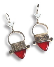 Orecchini tuareg con croce di N'gal, argento finemente inciso e punta di vetro rosso.