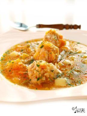 CIORBA DE PERISOARE pentru perisoare: 400 g carne tocata de porc fara grasime(poate sa fie si pui sau curcan, sau amestec vita-porc) o mana de orez o ceapa mica sare, piper dupa gust 1 ou pentru ciorba: 2 morcovi un cartof jumatate de ardei rosu un pastarnac mic o mana de mazare (proaspata,congelata sau din conserva) 100 ml bulion de rosii 1 ceapa de marime medie sare, piper dupa gust frunze de patrunjel 2 l apa 2-3 linguri de ulei