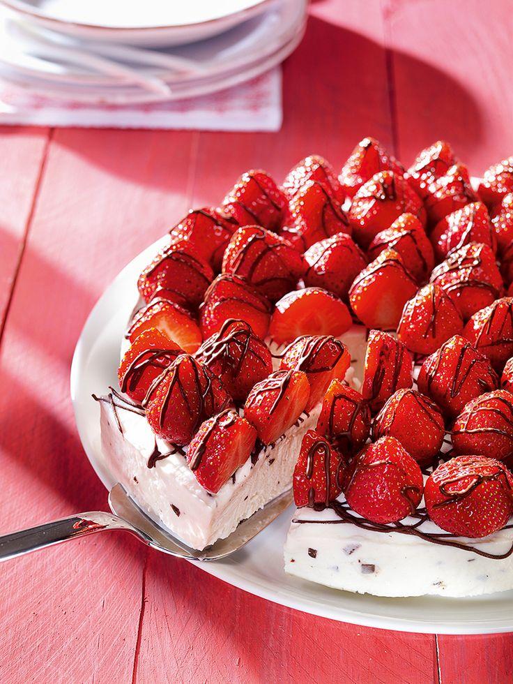 Stracciatella-Eis mit Erdbeeren - Ein cremiges Eis-Dessert mit Erdbeeren für den Sommer